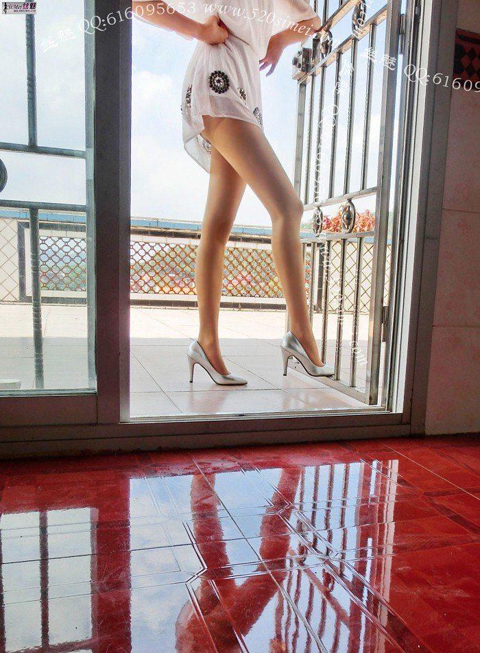 [丝魅]VIP套图2013年8月1期 天台上的白裙飘飘~[8P/2.54M]